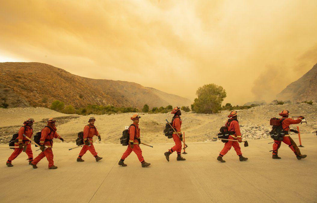 Más de 1.300 bomberos luchan contra un incendio que ardía fuera de control el 2 de agosto en el sur de California.El llamado Apple Fire ha carbonizado más de 8000 hectáreas.