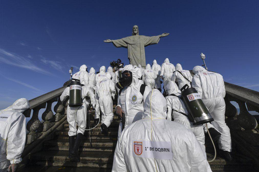 Soldados de las fuerzas armadas brasileñas desinfectan la zona de la estatua del Cristo Redentor en el Cerro del Corcovado