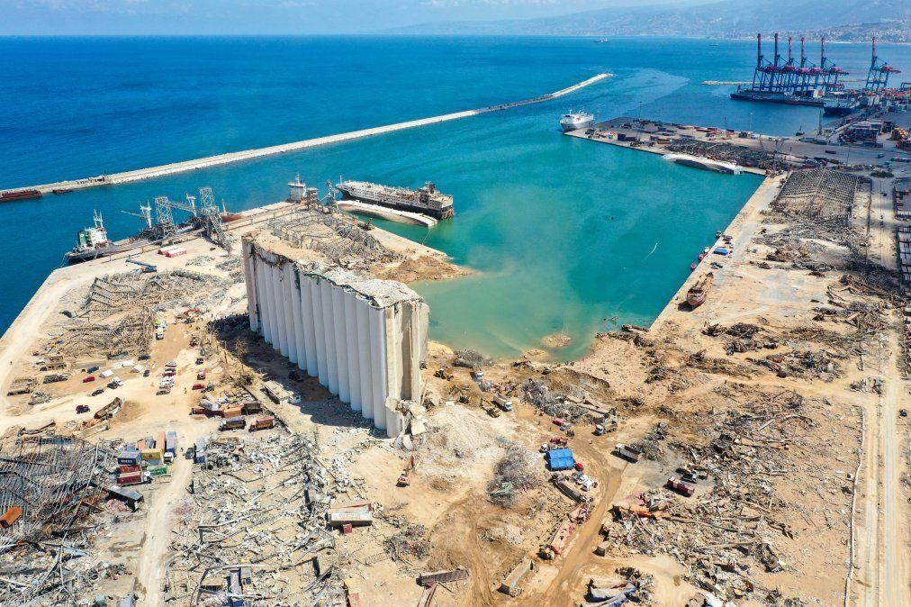 Una vista aérea del puerto de Beirut muestra el silo de granos dañado y el cráter causado por la explosión