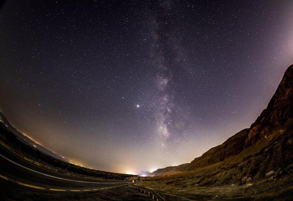 El cielo sobre las montañas de Judea y el Mar Muerto en Cisjordania