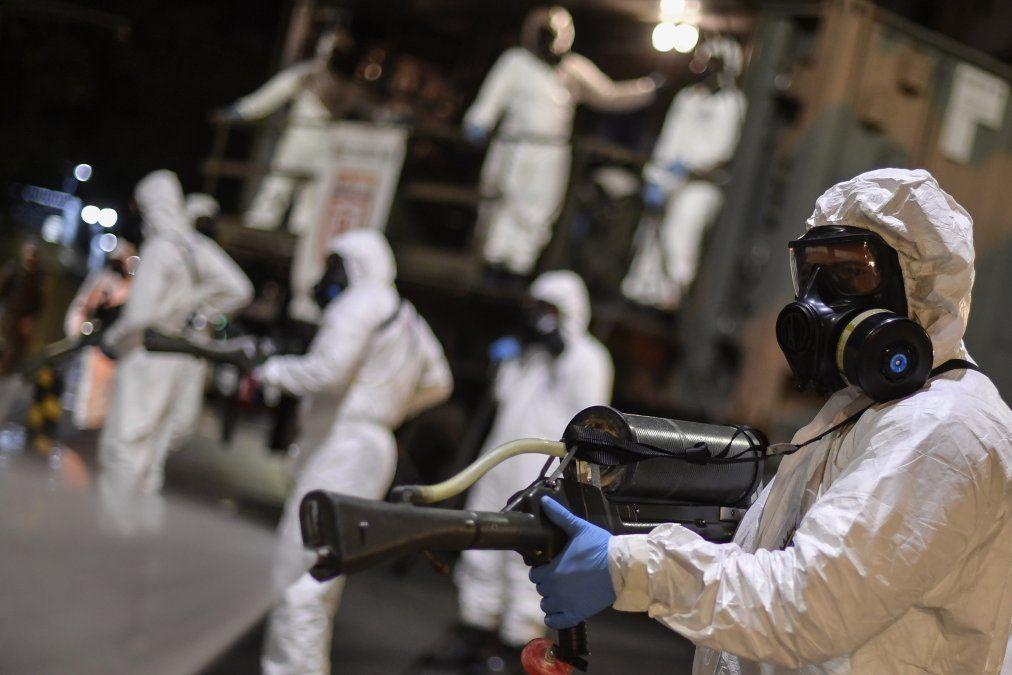 Soldados de las Fuerzas Armadas de Brasil participan en la limpieza y desinfección del área externa del Mercado Municipal en Belo Horizonte
