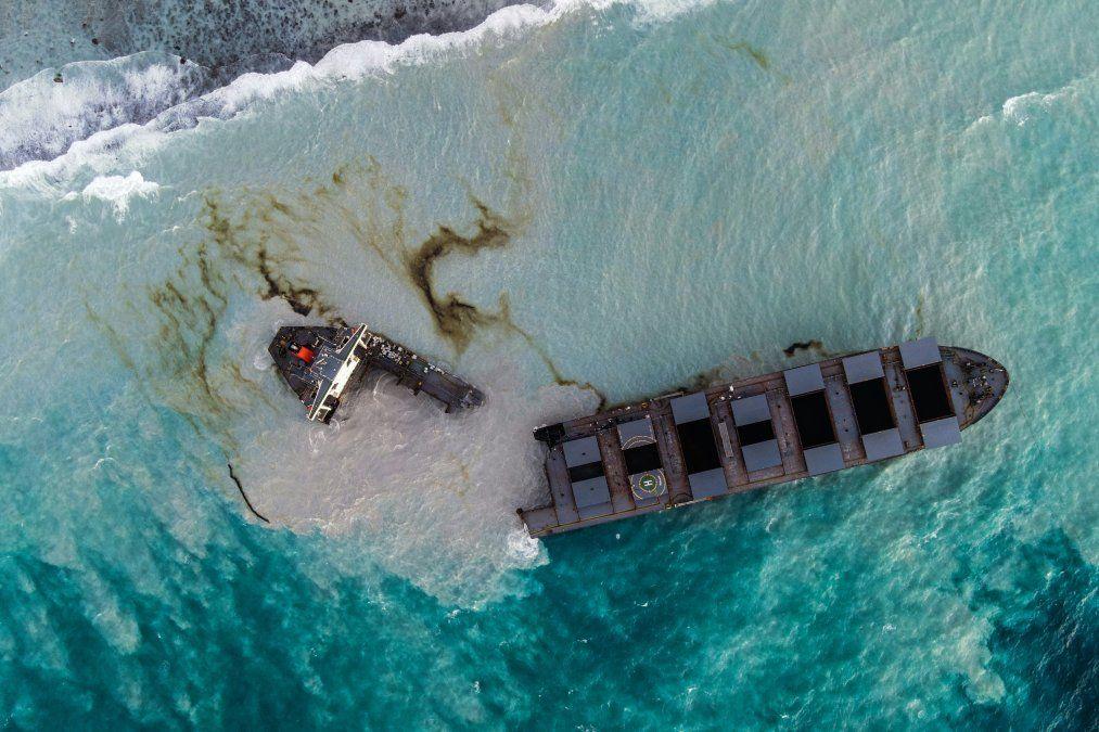 El granelero MV Wakashio que encalló y se rompió en dos partes cerca del Blue Bay Marine Park. El barco ha filtrado más de 1.000 toneladas de petróleo en aguas cristalinas frente a la costa de Mauricio.