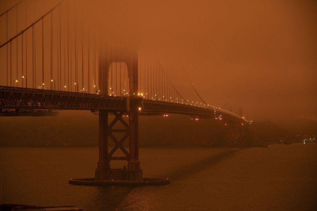El puente Golden Gate bajo un cielo lleno de humo naranja al mediodía en San Francisco