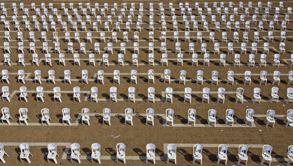 Sillas instaladas en la Plaza Rabin de Tel Aviv para simbolizar las mil muertes por coronavirus en Israel.
