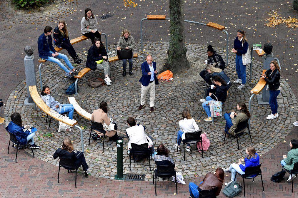 Un profesor holandés de la Universidad Roosevelt College ofrece una introducción a la ciencia a 25 estudiantes en una plaza en el centro histórico de Middelburg.
