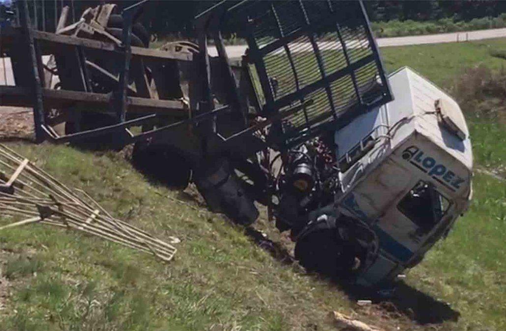 Espectacular accidente en Ruta 5: volcaron dos camiones, uno cargado de rolos de madera