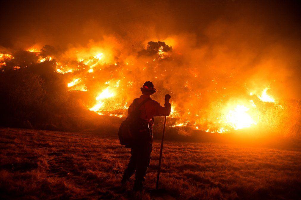 Un bombero trabaja combatiendo los incendios en la ladera de Monrovia