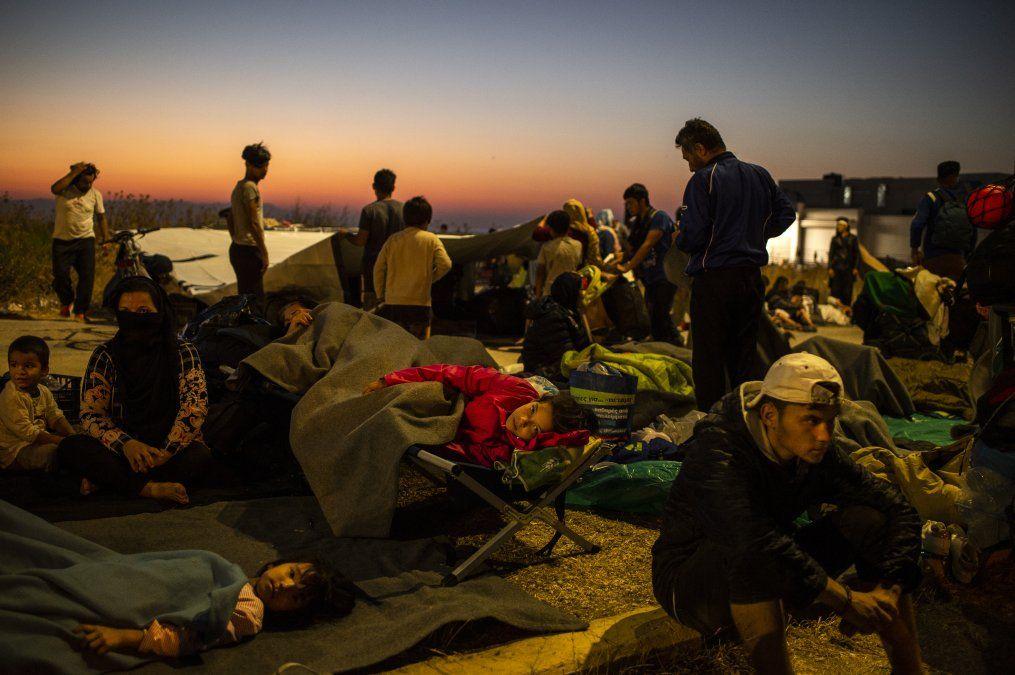 Migrantes pasan la noche en la calle luego que un incendio destruyera el mayor campo de refugiados en Lesbos.
