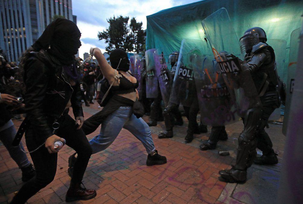 Un grupo de mujeres chocan con la policía antidisturbios durante el cuarto día consecutivo de protestas contra la brutalidad policial en Bogotá.