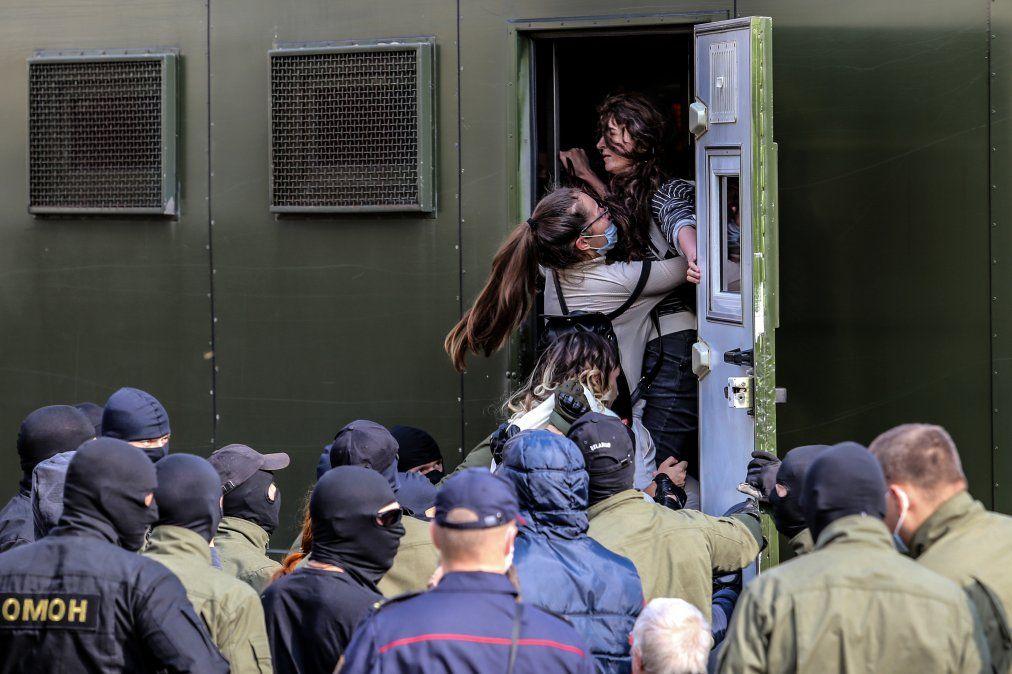 Los agentes del orden detienen a mujeres durante una manifestación para protestar contra los resultados de las elecciones presidenciales en Minsk.