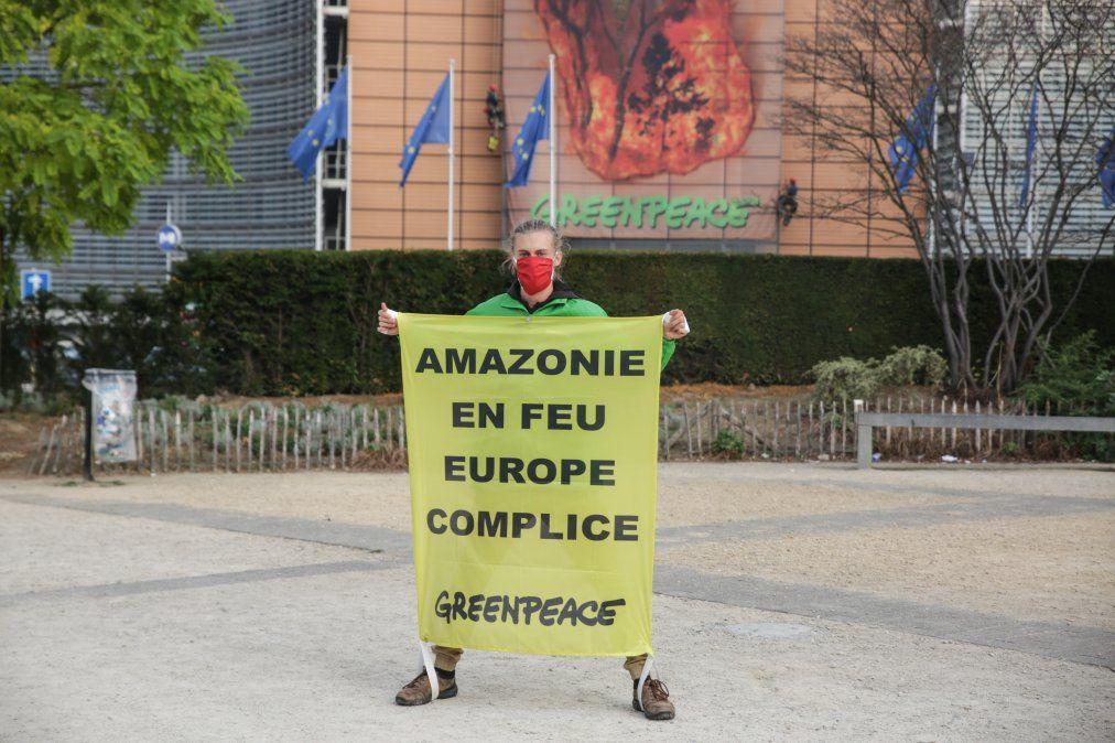 Protesta de Greenpeace frente a la sede de la UE en Bruselas. La ONG acusa de complicidad a los países por la deforestación en Amazonia