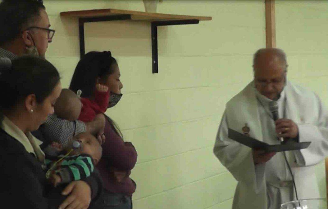 Dos bebés fueron bautizados por el Obispo Scremini en la cárcel de Florida