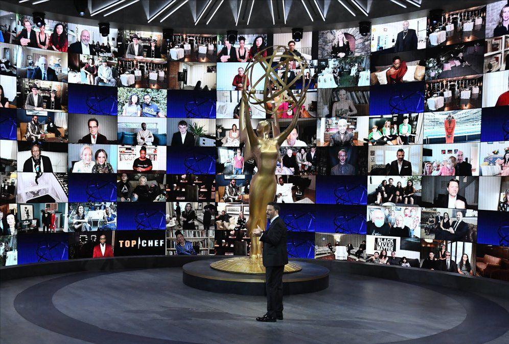 El conductor del programa Jimmy Kimmel muestra las múltiples pantallas que seguirán el evento en el exterior del estudio