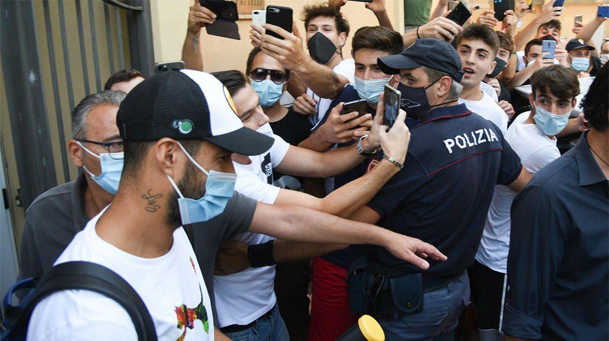 Luis Suárez en la Universidad de Perugia asediado por la prensa