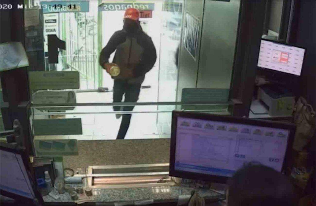 Delincuente roció con nafta a empleadas de un Red Pagos para intentar robar