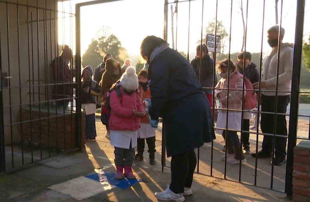 Padres de niños que asisten a escuela pública reclaman más clases