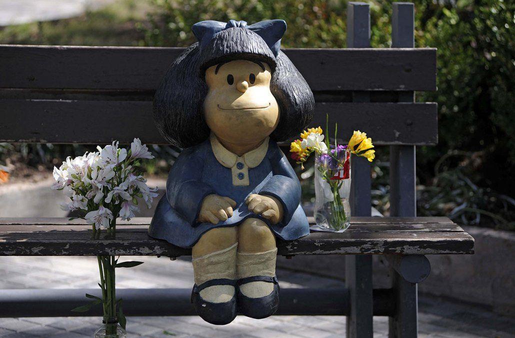 Ofrendas florales colocadas en la estatua de Mafalda en Mendoza