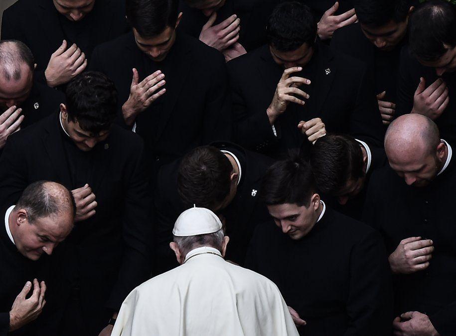 El Papa Francisco reza con los sacerdotes al final de una audiencia pública limitada por el nuevo Coronavirus