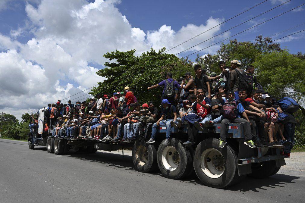 Migrantes hondureños en una caravana que se dirige a los EE. UU. Almenos 5.000 personas salieron de San Pedro Sula el miércoles a la medianoche en busca del sueño americano en medio de la nueva pandemia de coronavirus.