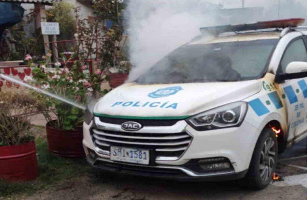 Policías de Carmelo acudieron a prestar asistencia y les prendieron fuego el patrullero