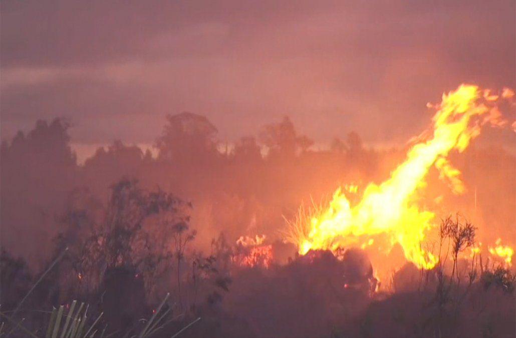 Incendio en expansión amenaza viviendas en la zona del balneario Villa Argentina