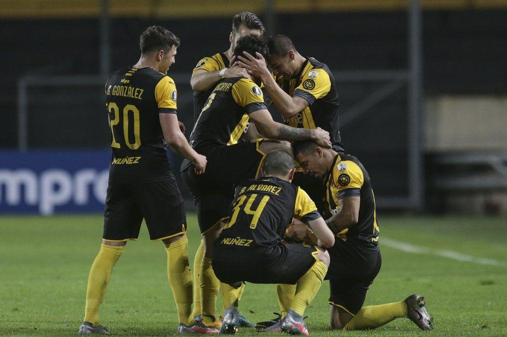 Jonathan Urretaviscaya festeja su gol de media distancia ante Colo Colo. Es una de las pocas figuras de calidad que tiene Peñarol para desequilibrar al rival
