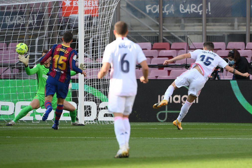 La pelota ya salió de los pies de Valverde y va a la red del Barcelona. Era el 0-1. Es el primer uruguayo que marca en este clásico