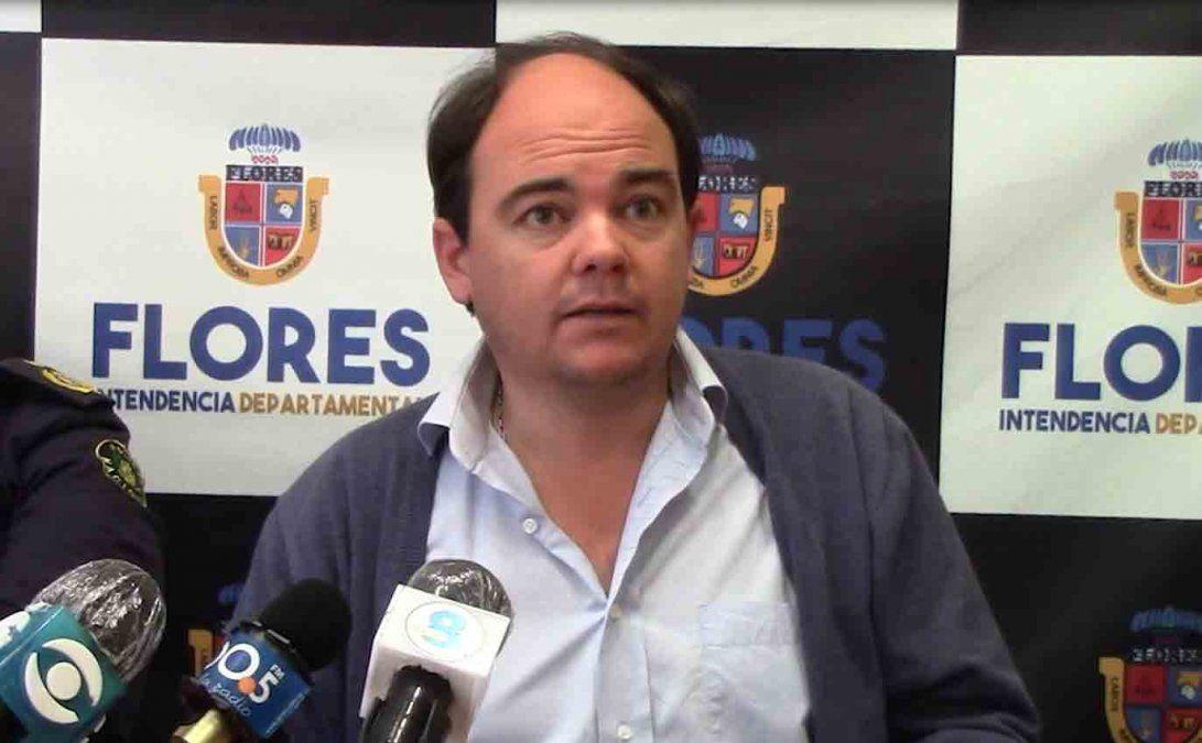 Intendente de Flores molesto en conferencia de prensa ante aglomeración de los jóvenes
