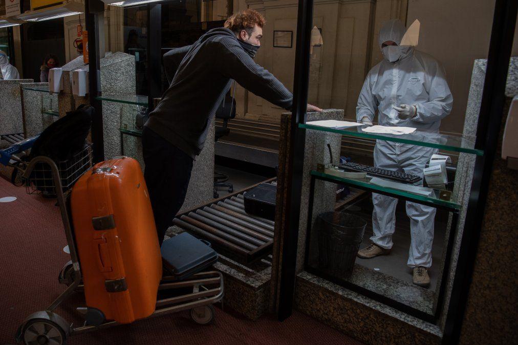 Rastreo de pacientes con coronavirus en Buquebus en el mes de julio de 2020. Las fronteras se mantendrán cerradas preventivamente para turistas extranjeros