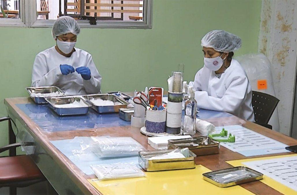 Mujeres uruguayas fabrican hisopos artesanales