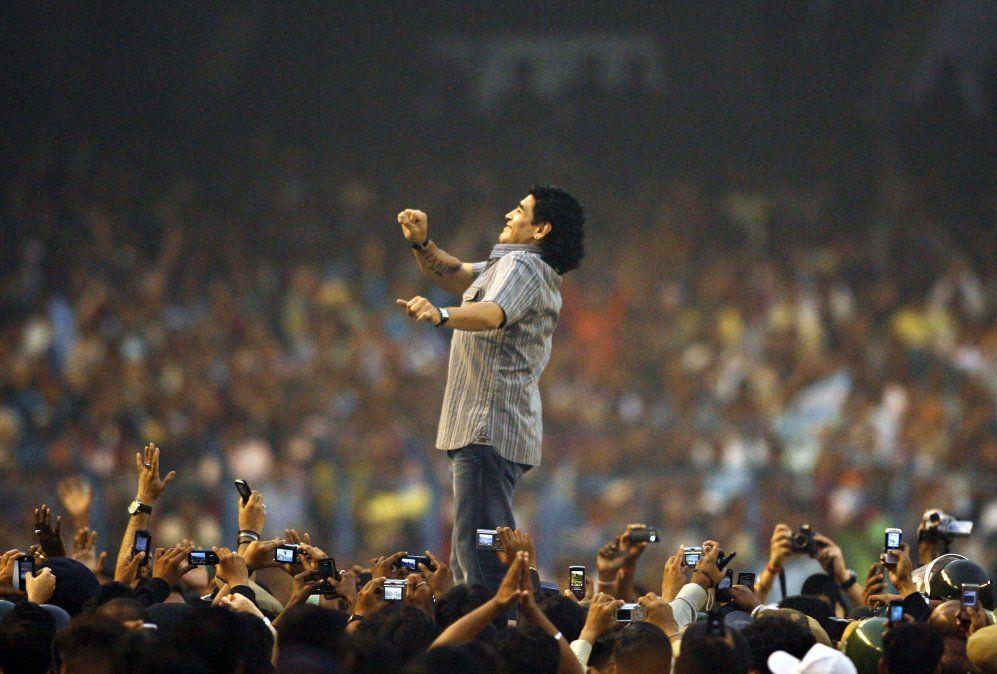 Sueño con hacerle otro gol con la mano a los ingleses, confesó Diego Maradona, la leyenda que cumple 60 años