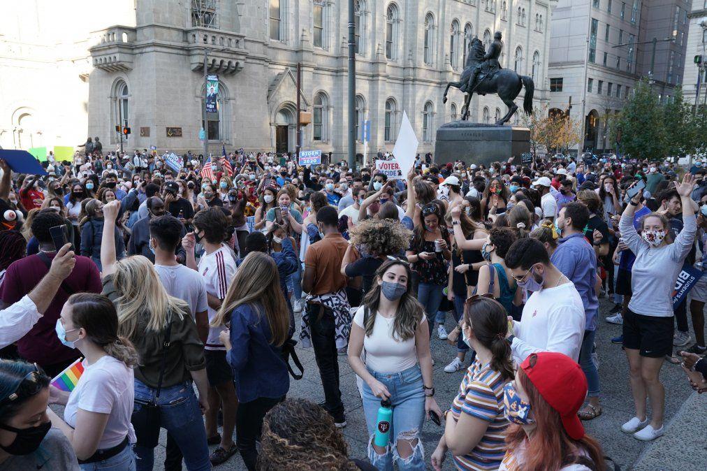 Los partidarios de Biden celebran fuera del Ayuntamiento en Filadelfia