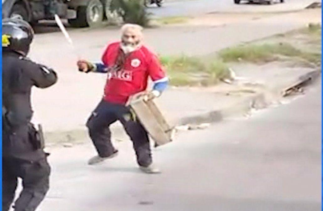 Un policía baleó en el pecho a un hombre que intentó atacarlo con un machete