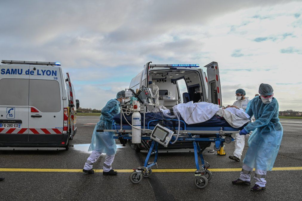 El personal médico transporta a un paciente a un vuelo médico para ser evacuado a otro hospital