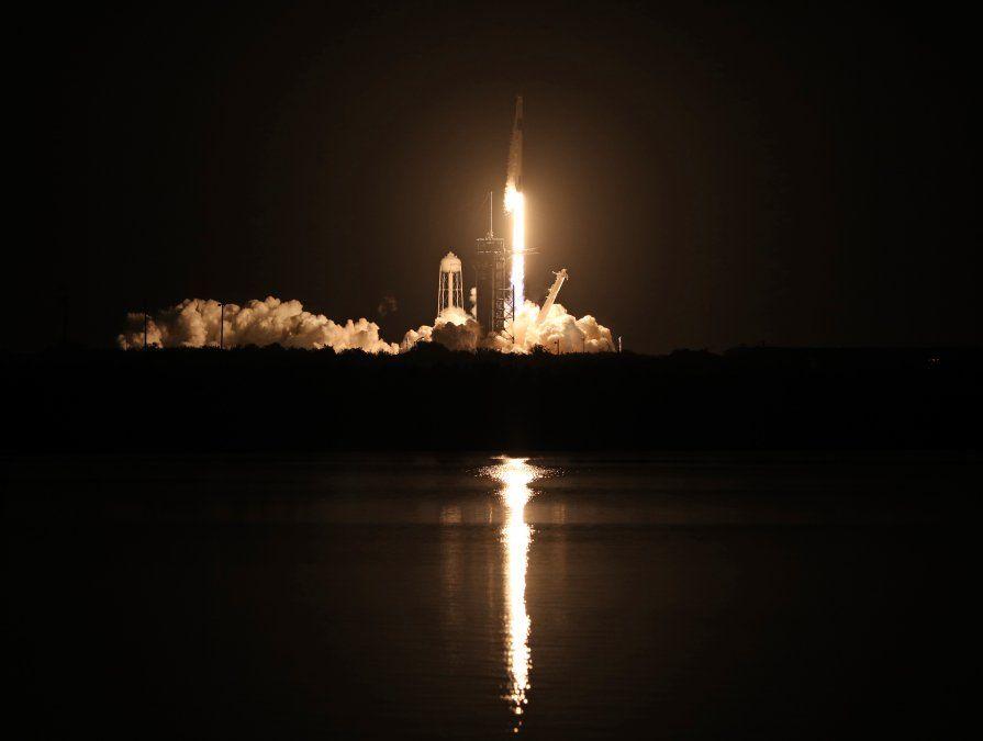 Un cohete SpaceX Falcon 9 despega del complejo de lanzamiento 39A en el Centro Espacial Kennedy en Florida.