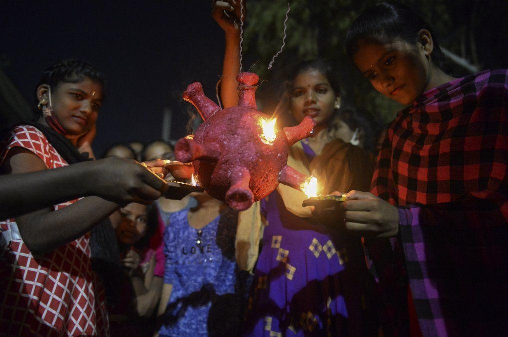 Estudiantes de un albergue de niñas del gobierno se preparan para quemar un modelo de coronavirus Covid-19 durante Diwali
