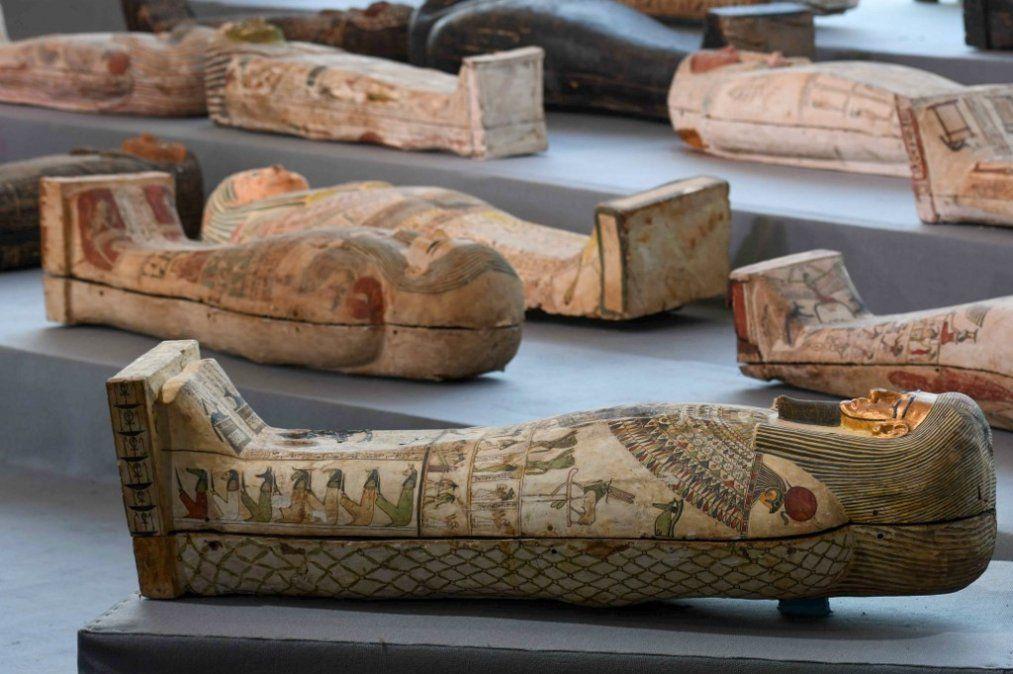 Exhibición de más de 100 sarcófagos intactos en la necrópolis de Saqqara