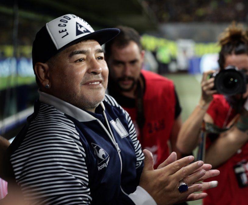 Maradona durante un homenaje antes del inicio del partido Boca Juniors vs Gimnasia La Plata