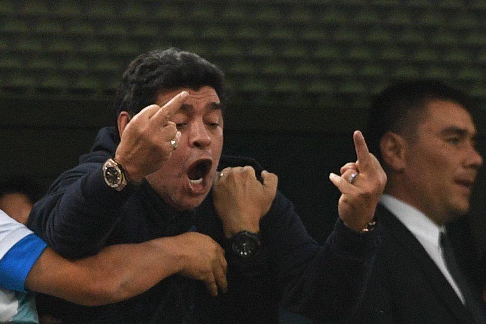 Maradona en el partido de fútbol del Grupo D de la Copa Mundial Rusia 2018 entre Nigeria y Argentina en el Estadio de San Petersburgo.