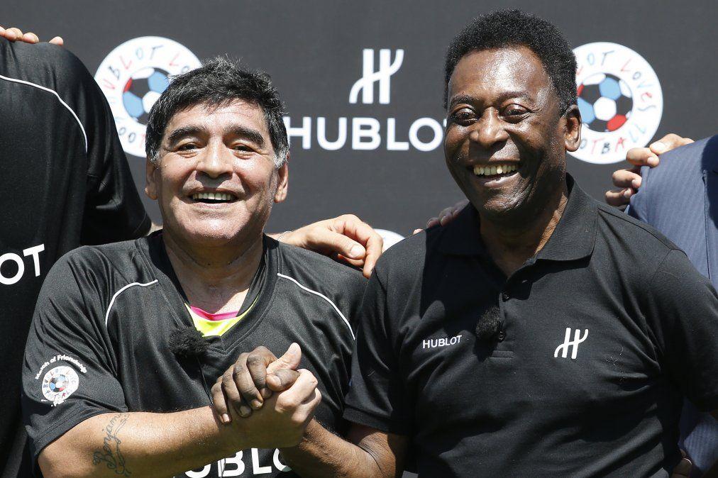 Diego Maradona y Pelé en el Jardin du Palais Royal de París el 9 de junio de 2016
