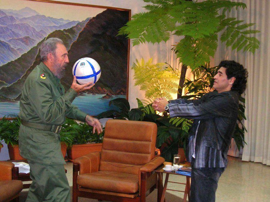 El presidente cubano Fidel Castro jugando con una pelota de fútbol con Maradona
