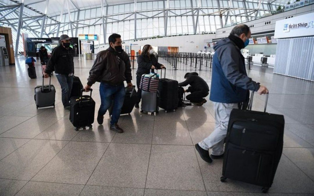 Turistas llegando al Aeropuerto Internacional de Carrasco