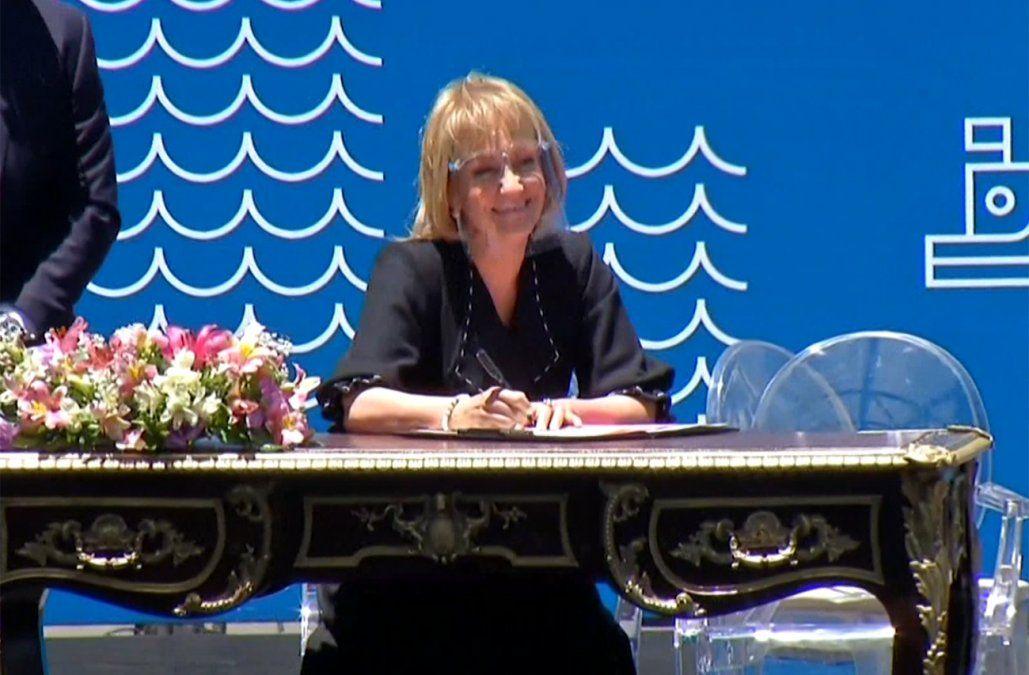 Carolina Cosse firma como intendenta de Montevideo.