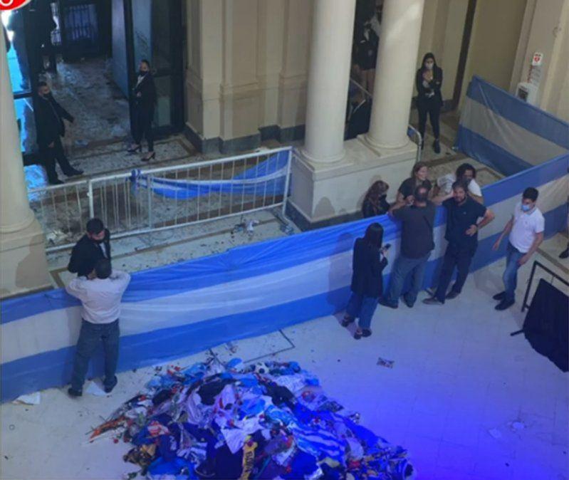 Violentos incidentes, avalancha, balas de goma y detenidos en el velatorio de Diego Maradona
