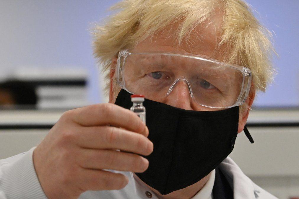 Primer ministro Boris Johnson posa con la vacuna AstraZeneca/Oxford University COVID-19