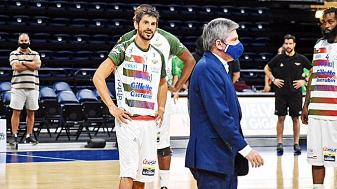 García Morales mira al dirigente de Nacional Balbi al llegar al Antel Arena. Foto: Bruno Tasende
