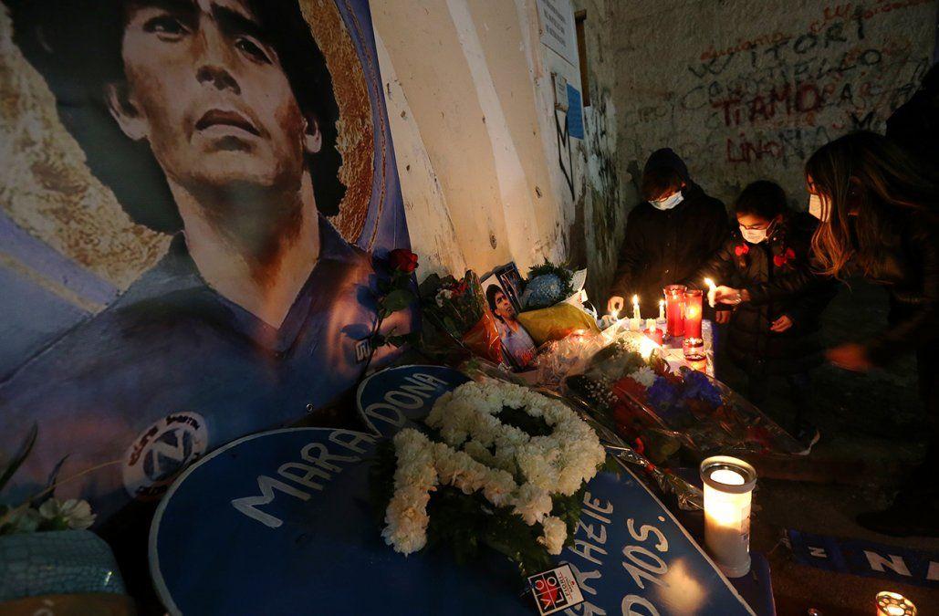 Ofrendas y homenajes a Diego Maradona.