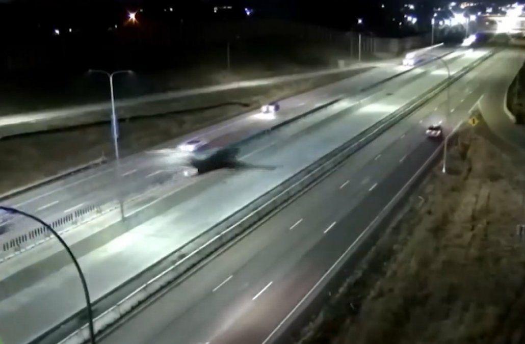 Le falló el motor y aterrizó en plena autopista, en medio de varios vehículos