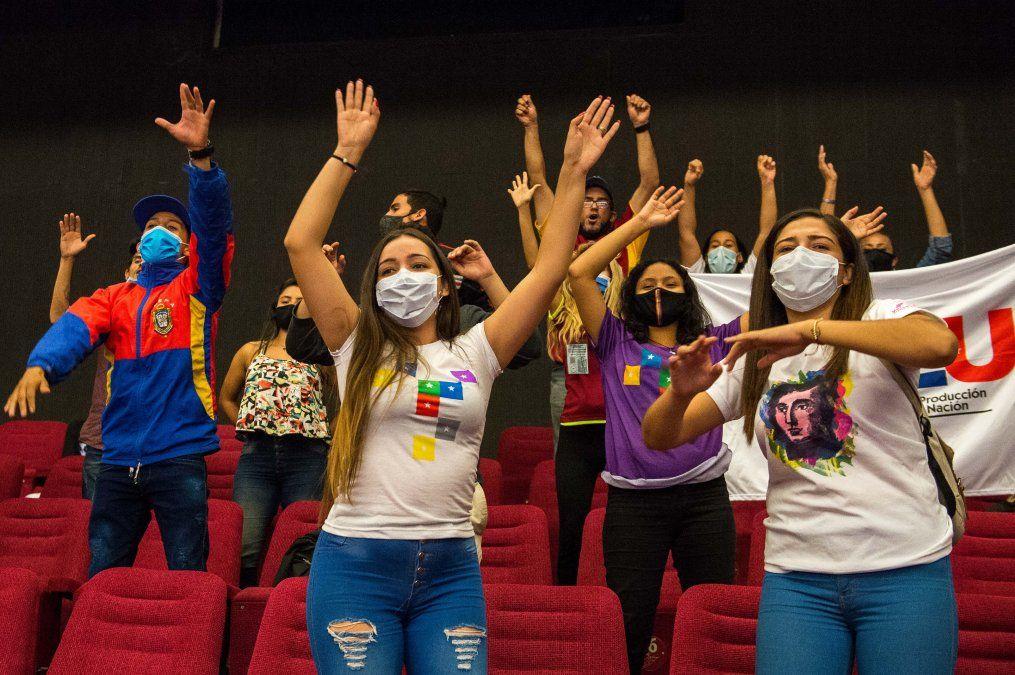 Militantes del Partido Socialista Unido de Venezuela (PSUV) celebran las victorias en las legislativas
