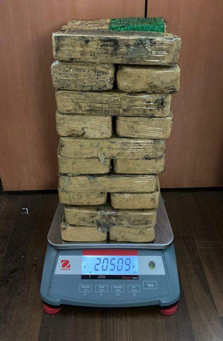 Llevaban 20 kilos de pasta base adentro de una garrafa de 13 kilos